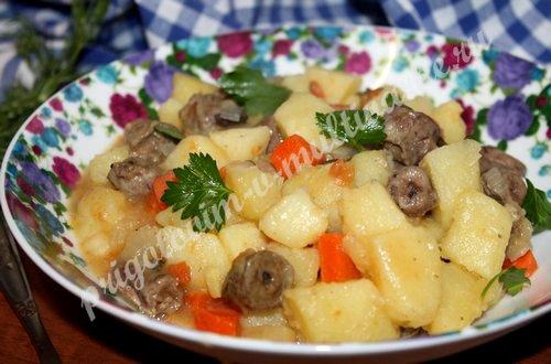 Картофель с овощами и куриными сердечками в мультиварке