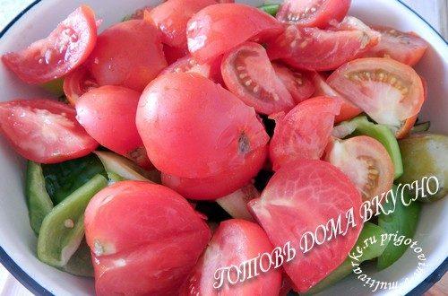 Добавить нарезанные помидоры