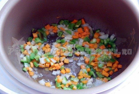 Лук, морковь и перец нарезать и выложить в мультиварку