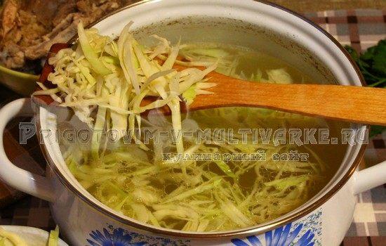 добавляем капусту в кастрюлю