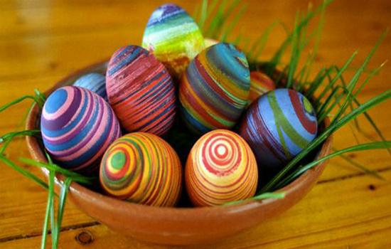 красим яйца при помощи ниток мулине