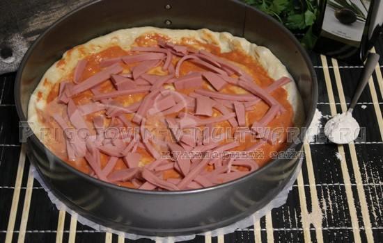 посыпаем колбасой