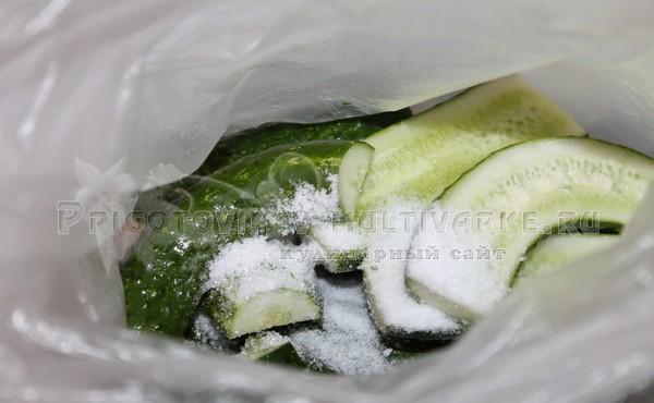 огурцы с солью в пакете