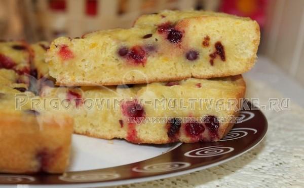 нарезанный пирог с клюквой