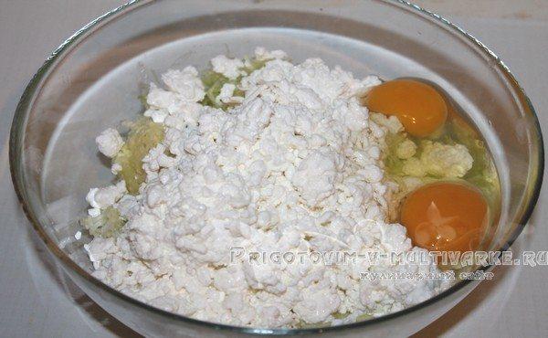 добавить творог и яйца
