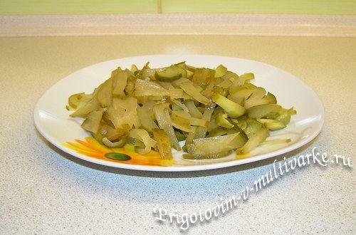 Рассольник с пшеном - нарезать картошку и огурцы
