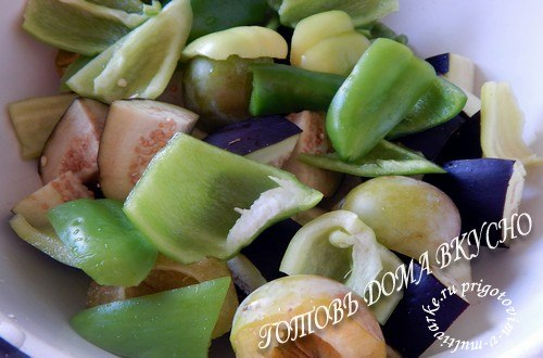 Нарезать баклажаны и перец