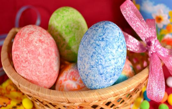красим яйца при помощи риса