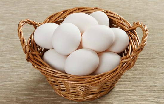 отбираем яйца для покраски в луковой шелухе