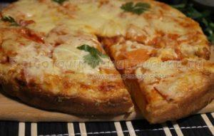 пицца с колбасой, сыром и помидором