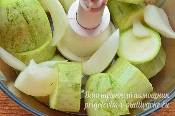 режем лук и кабачок