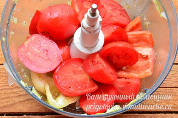 измельчаем помидоры, перец