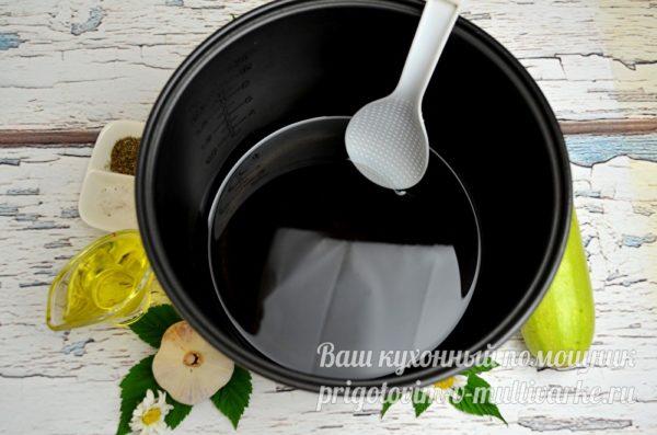 наливаем масло в чашу