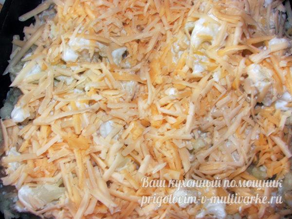 Тертый сыр на капусте