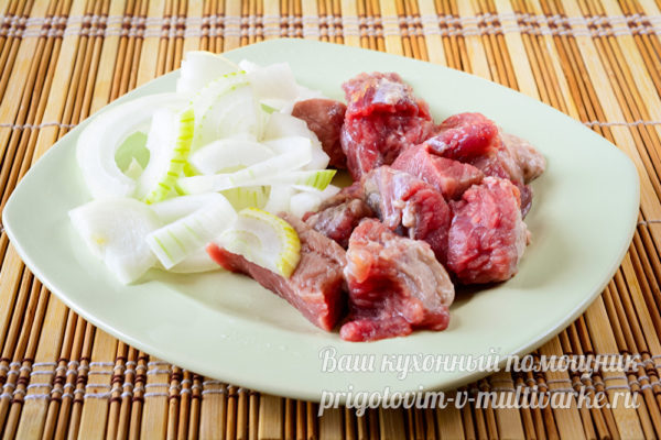 мясо нарезать, лук нашинковать