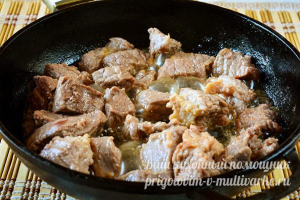 мясо обжарить, посолить и поперчить