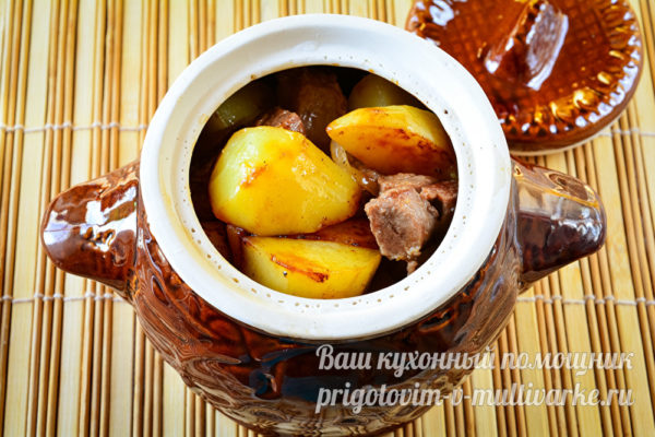 ингредиенты поместить в горшочек, добавить воды и отправить в духовку
