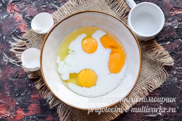 Добавить к яйцам молоко