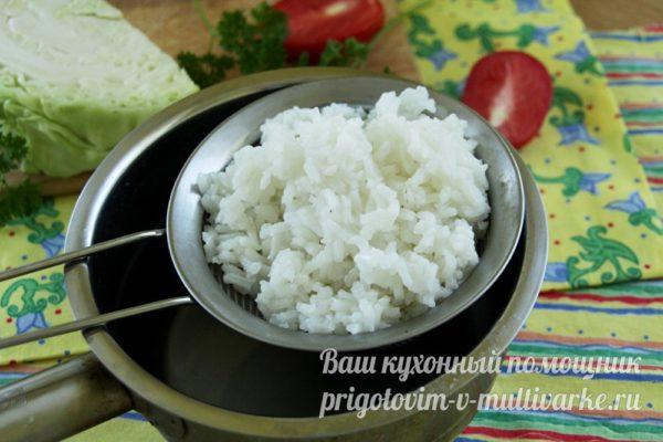 отварной рис в дуршлаге