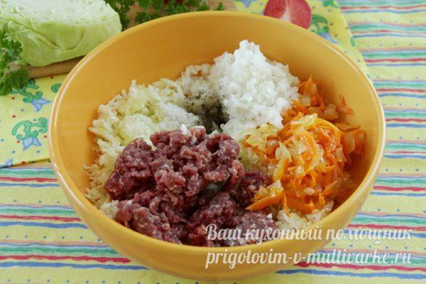 соденияем фарш, рис, капусту и овощи