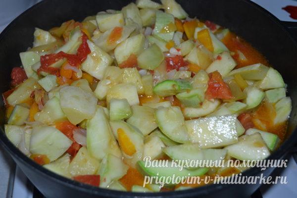 добавление помидор и кабачков