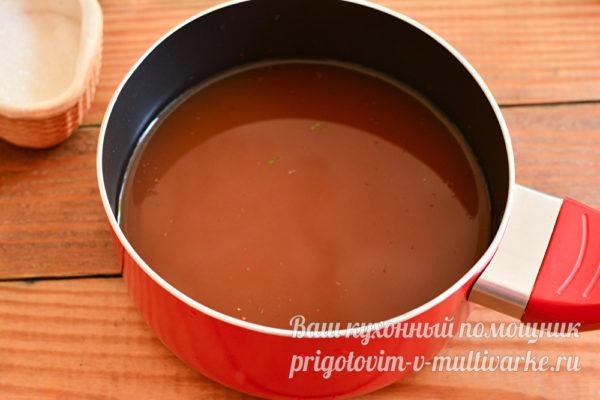 соедините воду и томатную пасту