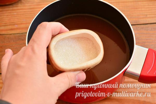 добавьте соль и сахар, доведите до кипения
