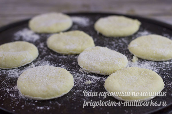 формируем из теста печенье и выпекаем в духовке