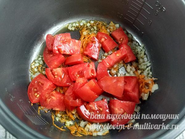 к луку добавть помидоры