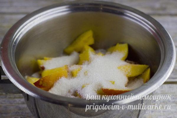 Персики в кастрюле