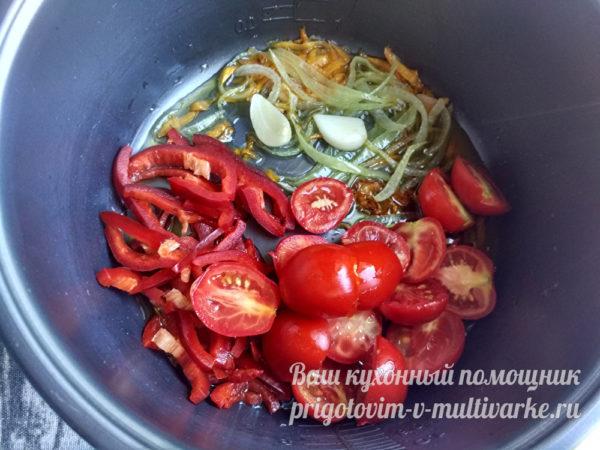 добавление перца и помидор