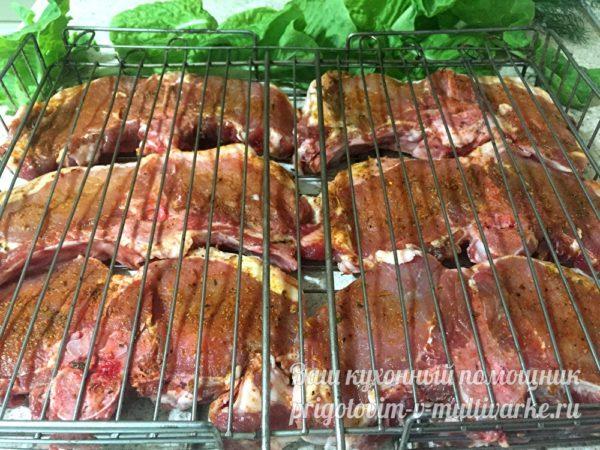 прикрыть мясо верхней решеткой