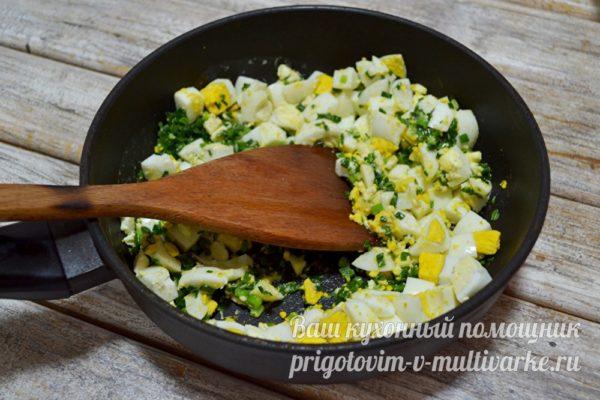 добавление вареного яйца