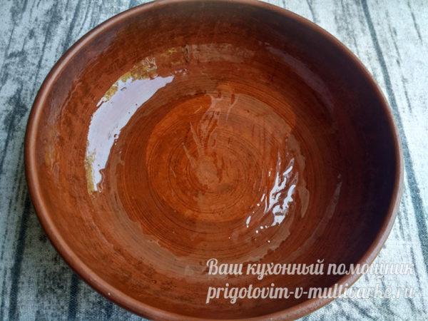 смазываем тарелку маслом