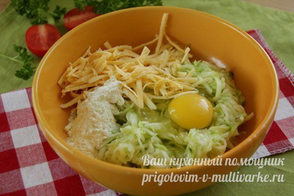 добавить яйца, сыр, муку