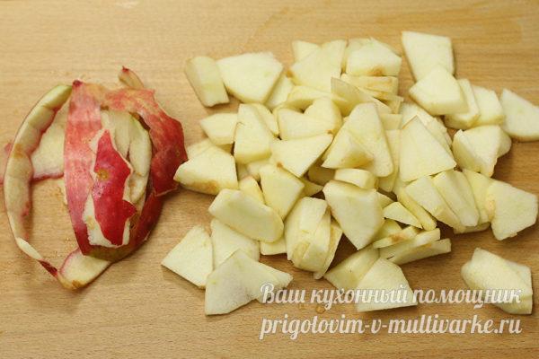 нарезать дольки яблок кусочками