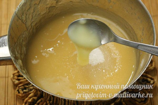 добавить в яблочное пюре сгущенку