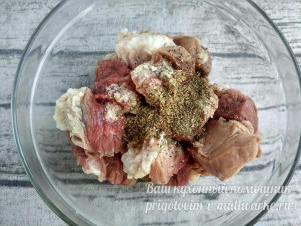 приправляем и перчим мясо