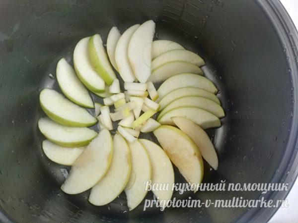 Поместить яблоки на дно формы для запекания