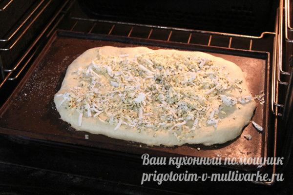 посыпаем лепешку сыром