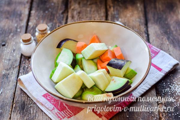 добавляем баклажаны и морковь