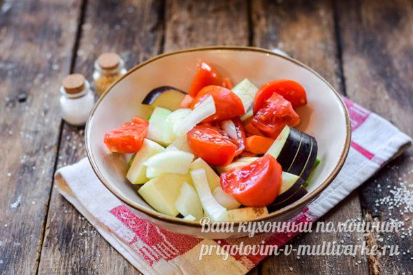 добавляем лук и томаты