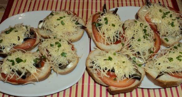 Бутерброды со шпротами в микроволновке