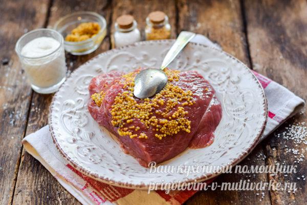 смазываем мясо горчицей