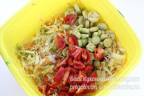 добавление томатов и баклажанов