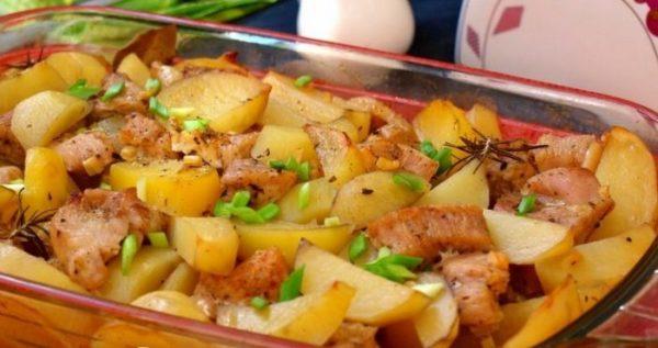Картофель по-деревенски с мясом курицы и чесноком