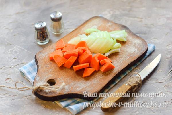 нарезанные морковь с луком
