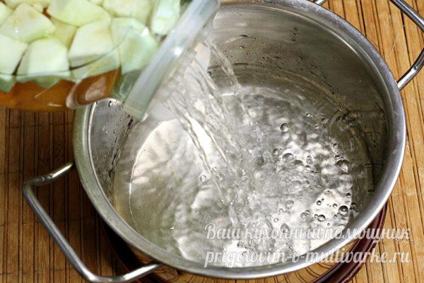 сливаем настоянную воду