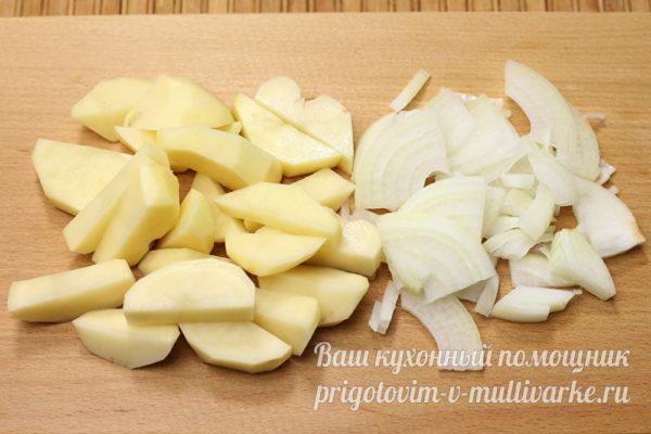 нарезанные картофель и лук