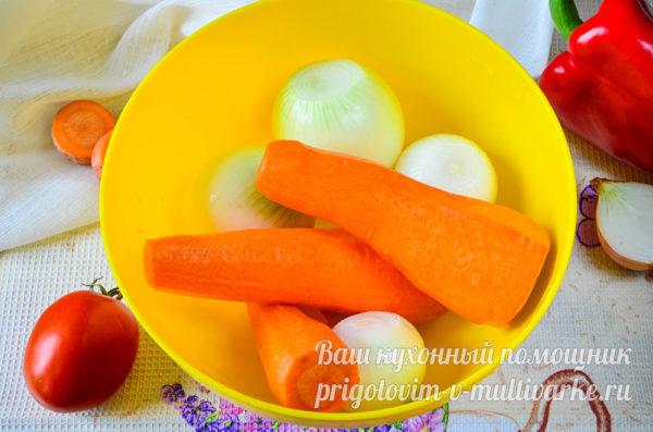 очищенные лук и морковь
